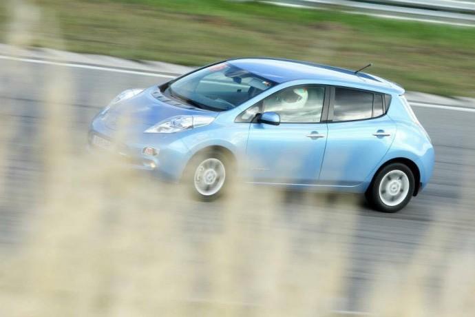 Nemuno žiede skriejantis Nissan Leaf