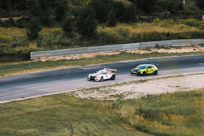 """""""Tauras Racing"""" komandos bolidas lenktynių trasoje"""