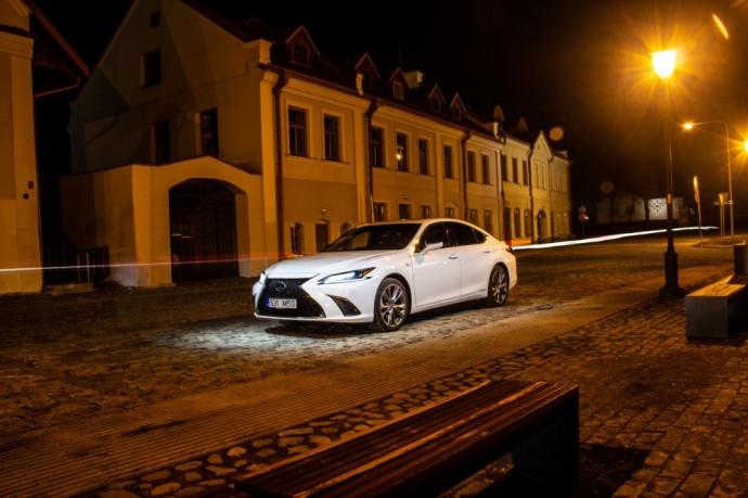 Naujos kartos Lexus ES su hibridine pavara