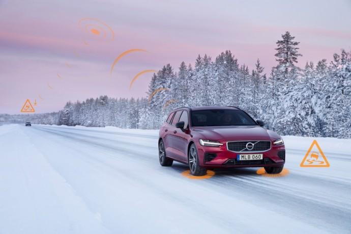 """Volvo """"Avarinių šviesų perspėjimo"""" ir """"Slidaus kelio perspėjimo"""" sistema"""