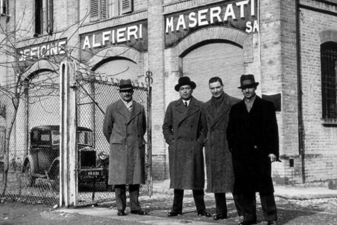 """Maserati broliai šalia """"Maserati"""" dirbtuvių"""