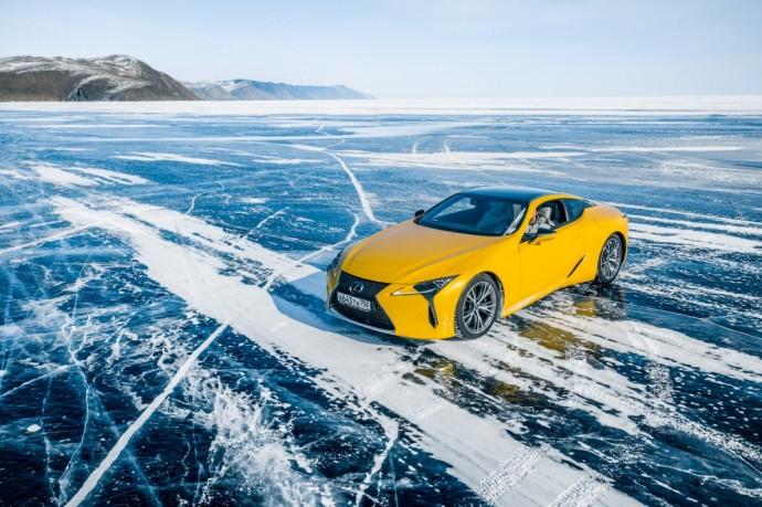 Ant baiklo ežero slystantis Lexus LC