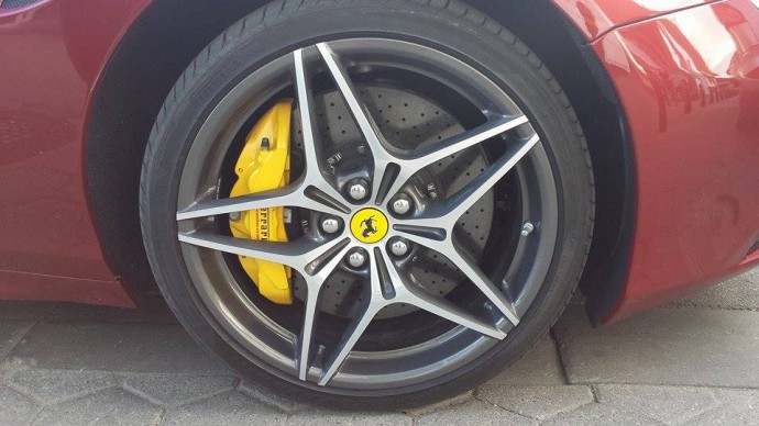 Gatvėje užfiksuota Ferrari California