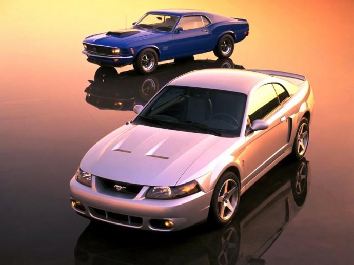 Dvi Ford Mustang modelio kartos