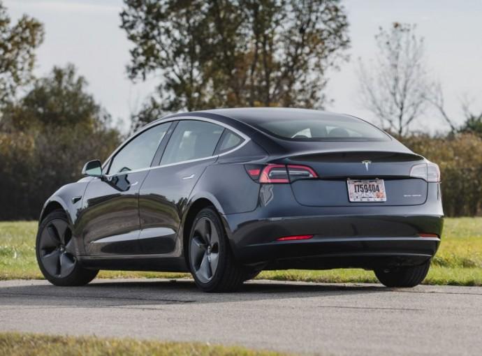 Elektrinis Tesla sedanas