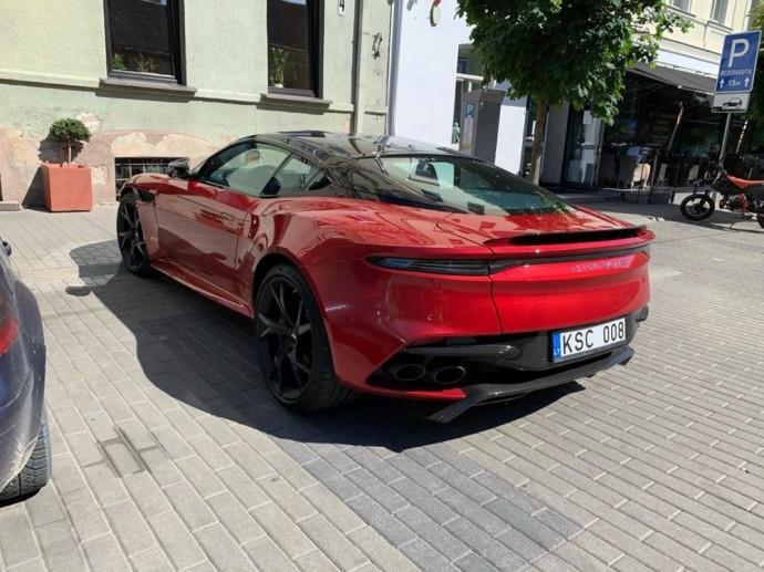 Gatvėje užfiksuota Aston Martin DBS Superleggera