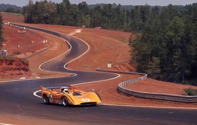 Denny Hulme vairuoja McLaren M8D