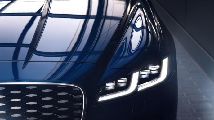 Visapusiškai atnaujintas Jaguar XF sedanas