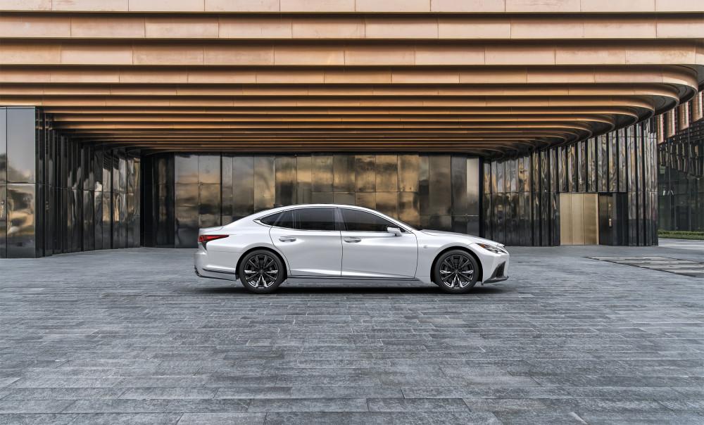 """Japonai privers prisiminti """"Lexus"""" sedaną"""