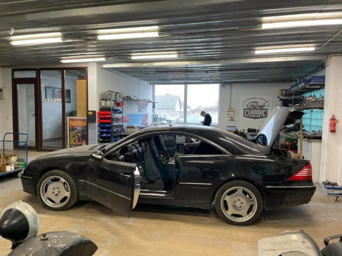 Classic Car Loft dirbtuvėse restauruojamas automobilis