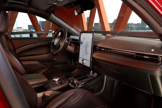 Ford Mustang Mach-E salonas