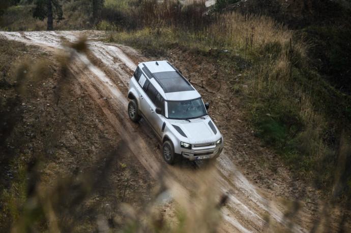 """A. Juknevičiaus išbandytas atgimęs legendinis """"Land Rover Defender"""" modelis"""