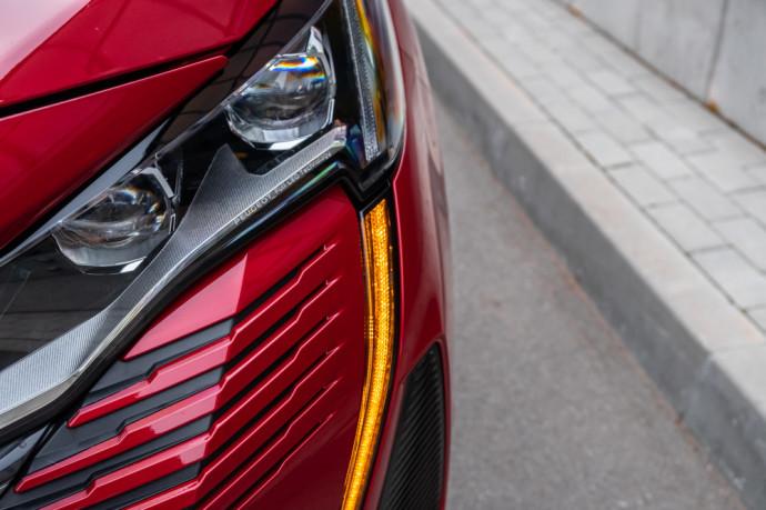 """Nors """"Peugeot"""" pabrėžia, jog """"5008"""" yra visureigis, pasižymintis padoria kėbulo prošvaisa, aukštu variklio dangčiu ir beveik vertikalia priekine dalimi, jam trūksta visų varančiųjų ratų pavaros"""