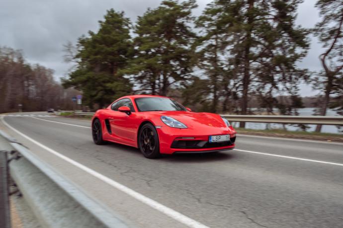 """Neabejotinai – tai geriausia """"Cayman"""" versija, kuri leidžia tinkamai paminėti faktą, jog netolimoje ateityje """"Porsche Cayman"""" ir """"Porsche Boxster"""" turės pripažinti augantį elektrifikacijos autoritetą."""
