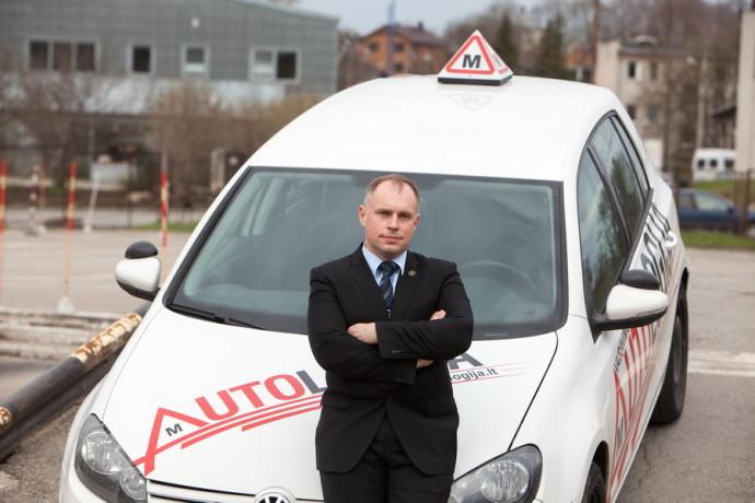 Vairavimo instruktorių patirtis rodo, kad daugybei mažiau patyrusių vairuotojų kyla ir kitokių iššūkių, pavyzdžiui, tinkamai įvertinti stovėjimo vietos erdvę.