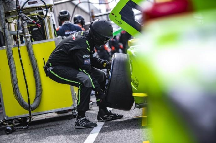Jam nuvažiavus septynis ratus, už automobilio vairo pirmam ir paskutiniam kartui prieš lenktynių startą už vairo sėdo Julius Adomavičius.