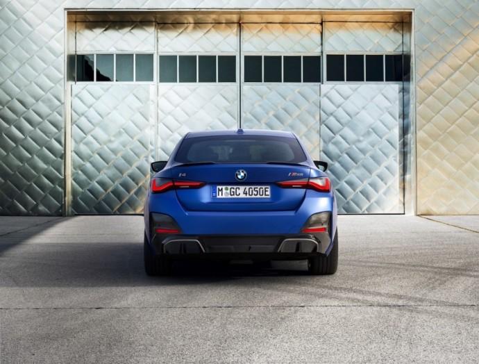 """Lapkritį į BMW salonus atriedės ir du keturių durų elektrinių kupė """"BMW i4"""" modeliai –itin sportiški, dinamiški elegantiško dizaino elektromobiliai, kurie patogūs keliauti ir mieste, ir leistis į tolimas keliones."""