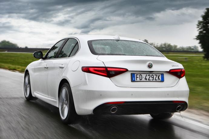 """Išsami naudotos """"Alfa Romeo Giulia"""" apžvalga, kuri bando būti tiesiogine BMW 3 serijos ir C klasės """"Mercedes-Benz"""" alternatyva."""