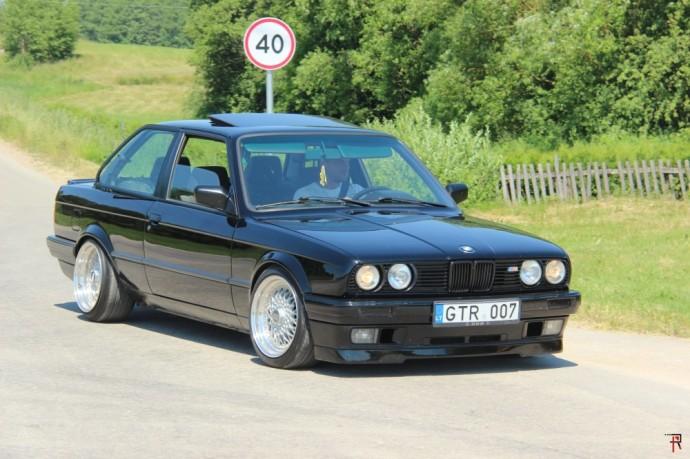 """Išskirtinai """"E30"""" kartos 3 serijos BMW automobiliams skirtas renginys kasmet sulaukdavo nemažo susidomėjimo ir organizatorių džiaugsmui – šie metai buvo ne išimtis. Juolab, juk tai – proga pasimatyti su seniai matytais bičiuliais ir leistis ne pirmos jaunystės automobiliui prasimankštinti sustabarėjusias kojas. Visgi, daugelis šį BMW markės modelį naudoja ypatingomis progomis, o ne kiekvieną dieną."""