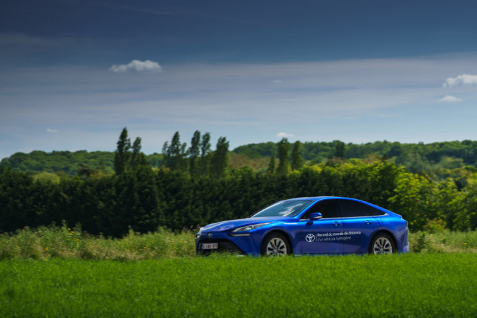 """Siekiant pasaulio rekordo, buvo naudojamas ekologiškas vandenilis. Vidutinės degalų sąnaudos siekė 0,55 kg/100 km, o """"Toyota Mirai"""" bake telpa 5,6 kg vandenilio."""