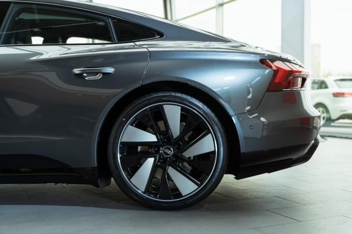 """Klientai naujuosius """"Audi e-tron GT"""" automobilius jau gali užsisakyti """"Audi"""" atstovybėse Lietuvoje – Moller Auto Keturi žiedai Vilniuje, Autojuta Kauno Audi centre bei Klaipėdos Audi centre."""