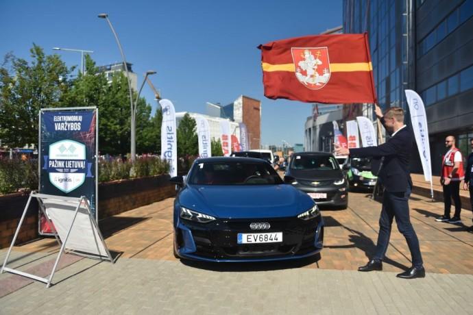 """Vilniuje startavo """"Ignitis ON: Pažink Lietuvą!"""" elektromobilių varžybos"""