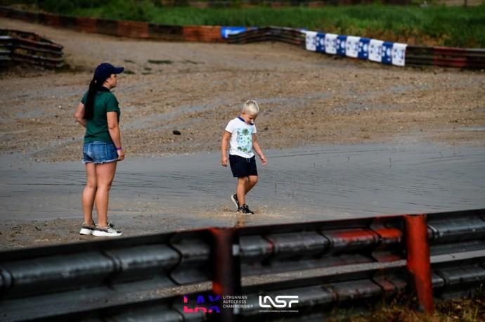 """Atgimusios """"Viada"""" trasos krikštas: autokroso čempionato etapą bandė pasiglemžti liūtis"""