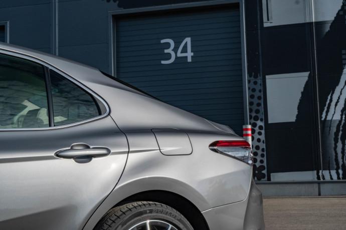 """""""Toyota Camry"""" turi užtektinai argumentų, dėl kurių norėsis padėti parašą ant pirkimo sutarties ir vėliau nesukti galvos dėl savo pasirinkimo."""