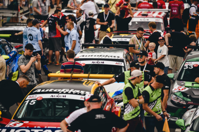 """""""Aurum 1006 km lenktynių"""" gerbėjai įžanginiame renginio festivalyje ieškojo ne tik naujų automobilių, bet ir gerai pažįstamų veidų, ankstesnių lenktynių nugalėtojų ir prizininkų bei nemenkas ambicijas puoselėjančių debiutantų."""