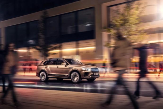 """Kol kas tai yra vienintelis prabangus ir hibridinis SUV pasaulyje, o gamintojas tikisi, kad tai bus geriausiai parduodamas """"Bentayga"""" gamos automobilis."""
