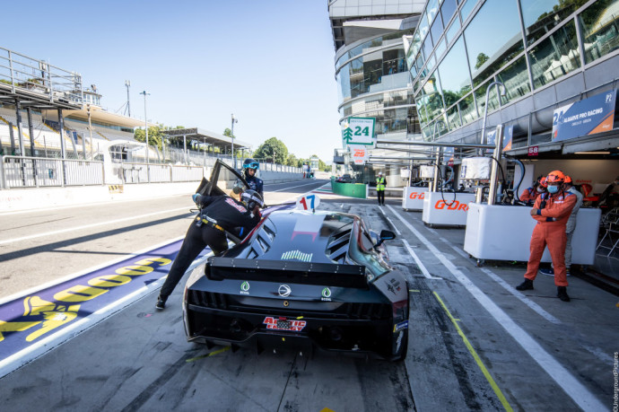"""Pirmajame lenktynių važiavime """"Monza"""" trasoje E. Gutaravičius finišavo penktas, kadangi privalomo sustojimo metu, kuris turi trukti 1,45 min, išvažiavo iš lenktynių """"pitų"""" vos keliomis šimtosiomis sekundės dalimis greičiau – po 1,44,917 min ir lenktynių teisėjai nurodė atlikti papildomą pistop sustojimą."""