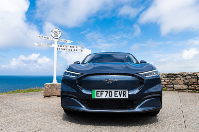 """""""Ford"""" Didžiosios Britanijos elektrifikacijos vadovas, pabrėžė, jog """"Mustang Mach-E"""" efektyvumas leido sumažinti įkrovos poreikį riedant ilgiausiu šalies keliu ir įrodė, kad šis automobilis keičia nusistovėjusias žaidimo taisykles."""