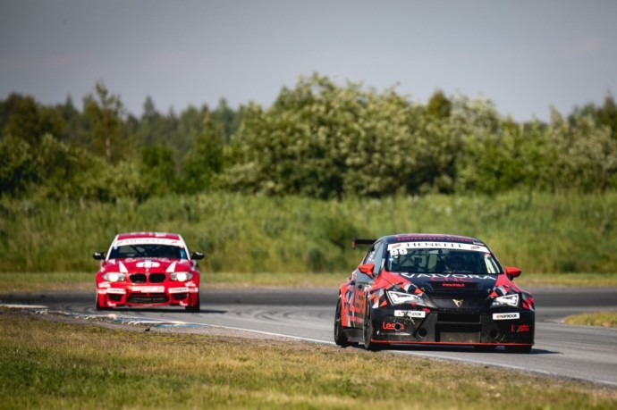 """""""Aurum 1006 km"""" lenktynėse pernai TCR klasės automobiliu važiavusi komandas kopė ant trečiojo garbės pakylos laiptelio absoliučioje įskaitoje."""