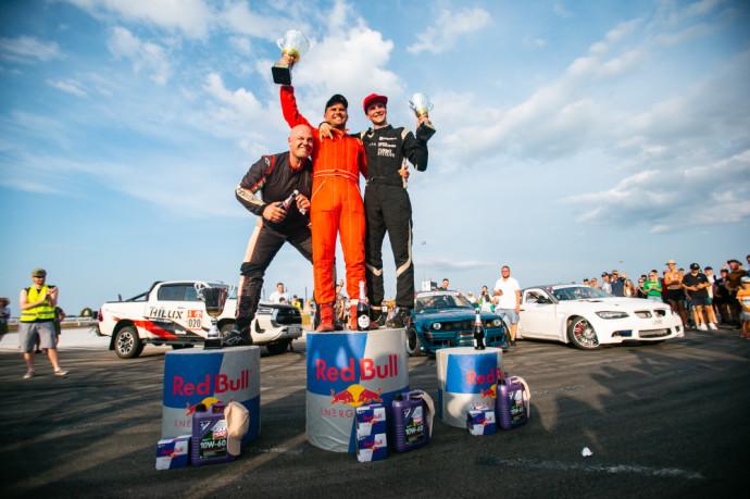 """Praėjusį savaitgalį Kuršėnų autodrome praūžė Lietuvos ir Baltijos šalių """"drifto"""" čempionatų etapai, kuriuose dalyvauti užsiregistravo 38 dalyviai, dvi dienas kone be perstojo trasoje sukosi šonaslydžio fiestos """"Matsuri"""" – pastarųjų buvo apie 100. Ir ramiu šio savaitgalio pavadinti niekaip neįmanoma – tiek permainų automobilių sporto varžybose retai būna."""