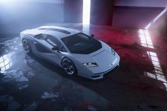 """Lamborghini"" atgaivino superautomobilių legendą – ""Lamborghini Countach"""
