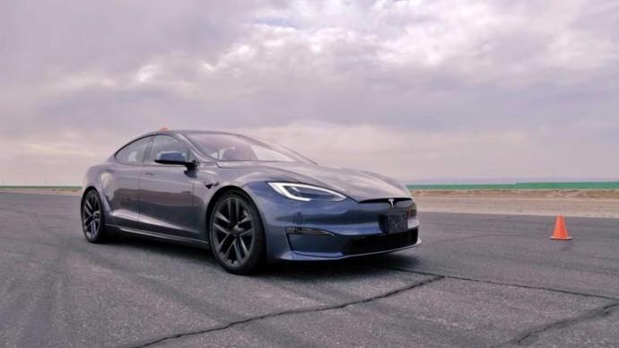 """Ar galingiausia """"Tesla Model S Plaid"""" versija gali pranokti du motociklus?"""