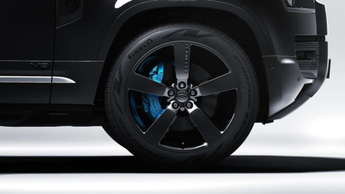 """""""Land Rover SV Bespoke"""" padalinys sukūrė naują """"Land Rover Defender V8 Bond Edition"""" versiją"""