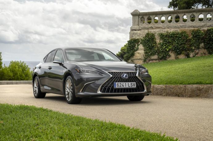 """Subtiliai atnaujintas """"Lexus ES"""" į Lietuvą atkeliaus lapkričio mėnesį"""