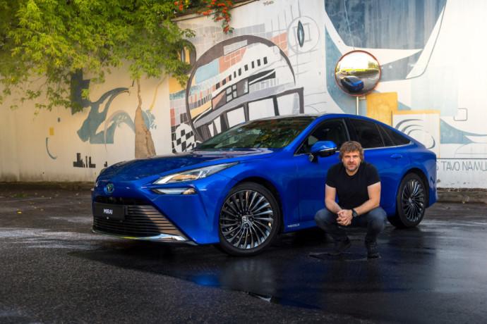 """Vandeniliu varomą """"Toyota Mirai"""" išbandęs Benediktas Vanagas: """"Tikras limuzino klasės automobilis"""""""
